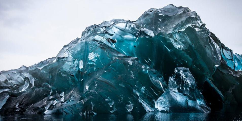 Een omgekukelde ijsberg. Afbeelding: Alexcornell.com.