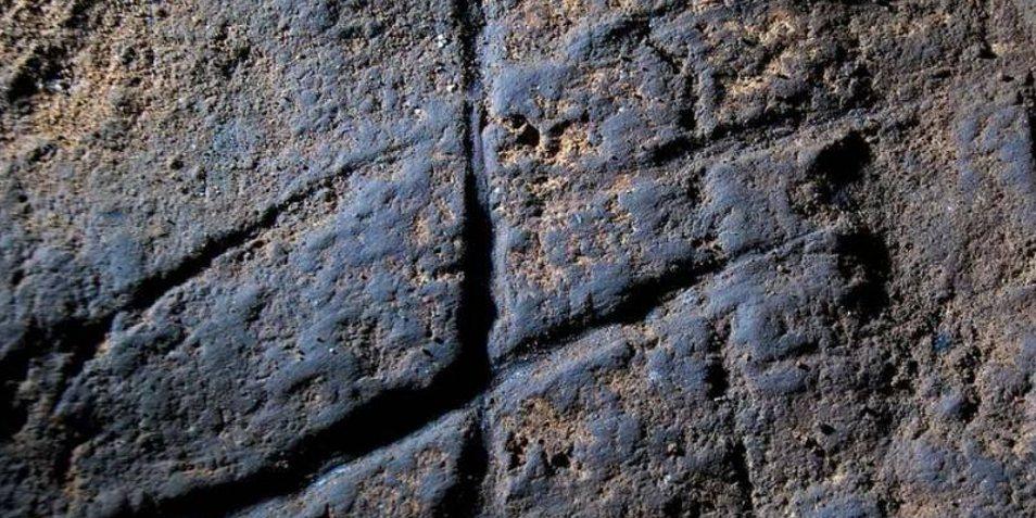 Tekeningen die op Gibraltar zijn aangetroffen en waarvan voorzichtig wordt beweerd dat ze zijn gemaakt door Neanderthalers. Het was wereldnieuws: het zou namelijk betekenen dat het wellicht voorzichtig bewijs is dat Neanderthalers in staat waren tot het vervaardigen van kunst. Afbeelding: Proceedings of the National Academy of Sciences.