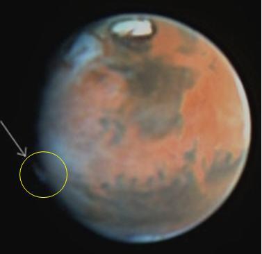 De pluim die Hubble in 1997 zag. De pluim is vergelijkbaar met de pluimen die amateur-astronomen in 2012 spotten, maar bevindt zich wel op een andere plek. Afbeelding: JPL / NASA / STScI.