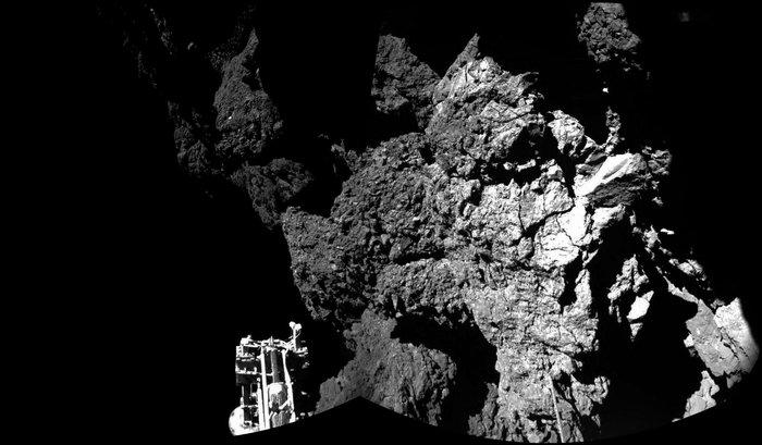 Philae houdt momenteel waarschijnlijk een winterslaap in deze klif. Het is onbekend of de lander ooit wakker wordt.