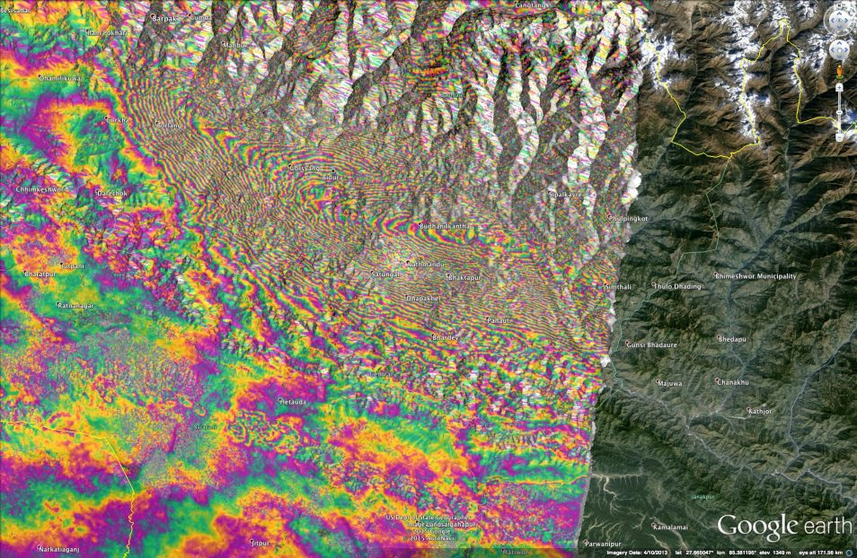 Deze kaart laat zien hoe het landschap in Nepal is verschoven. Iedere gekleurde golf staat voor een verticale verplaatsing van 2,5 centimeter.