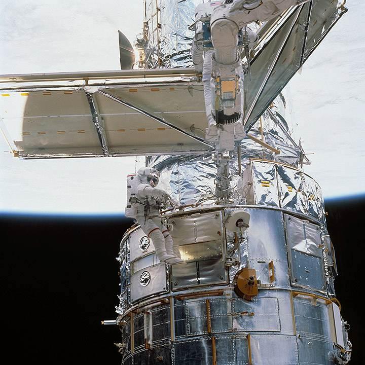 Nieuwe zonnepanelen installeren. Afbeelding: NASA.