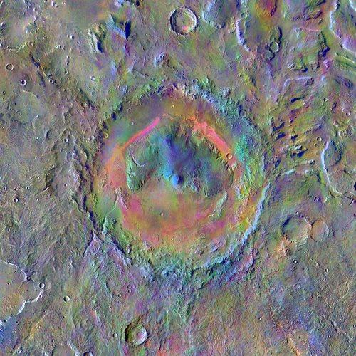 Mars Odyssey maakte deze foto van de Gale-krater: de landingsplaats van Curiosity. De kleuren zijn vertekend en laten de verschillende mineraalafzettingen in de krater zien.