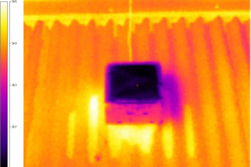 Op deze infraroodfoto is goed te zien hoe koel het nieuwe materiaal blijft in vergelijking met de rest van het dak.