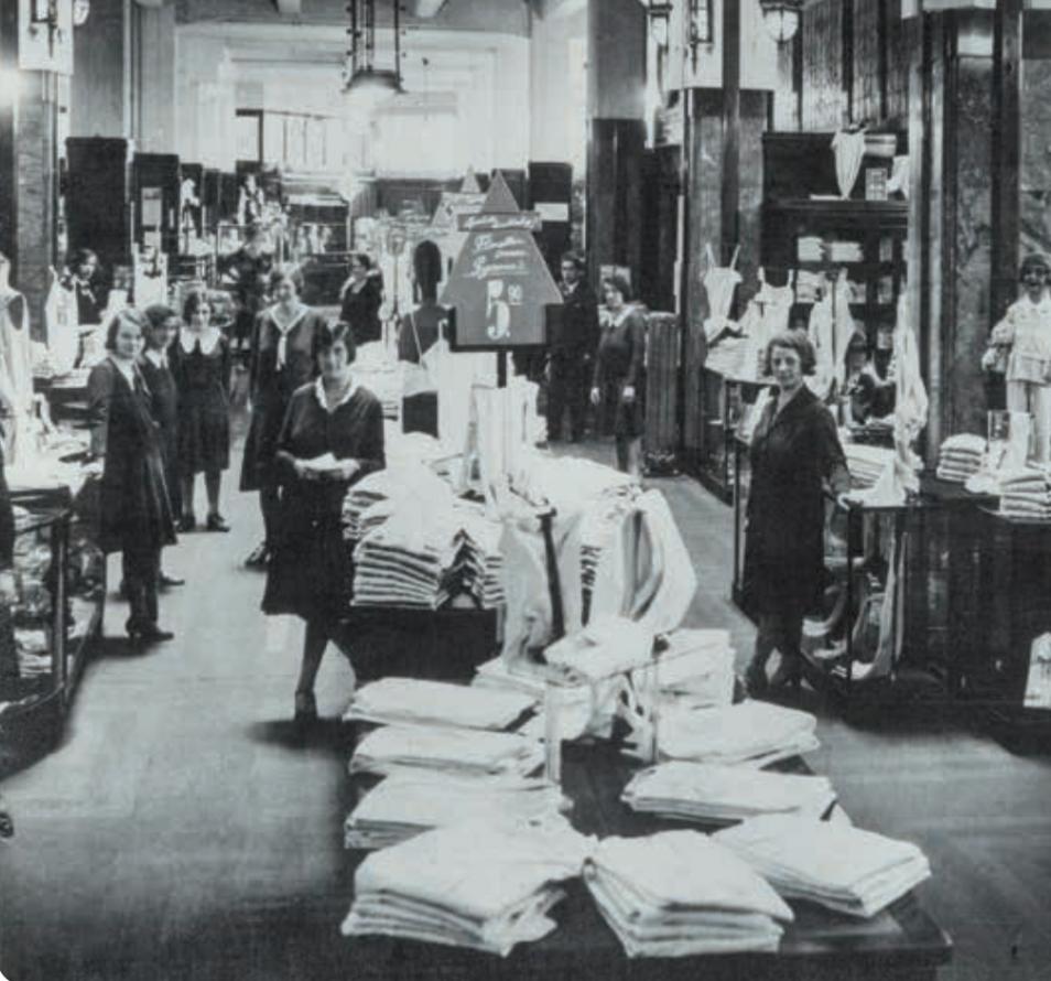 Parterre van kledingzaak Gerzon aan de Amsterdamse Kalverstraat aan de vooravond van de Tweede Wereldoorlog. Nergens was aan te merken dat dit een zaak van Joodse eigenaren was. Maar iedereen wist het.