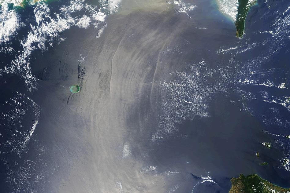 Inwendige golven zijn soms op satellietbeelden te spotten. Hierboven zijn deze golven als lange, verticale lijnen zichtbaar.