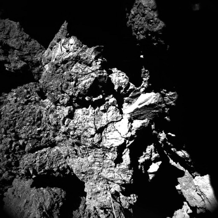 Deze foto maakte Philae op zijn laatste rustplaats: Abydos. Op de voorgrond (onderaan) zie je een antenne van de lander. Deze heeft een diameter van 5 millimeter en is bijna 7 centimeter lang. Afbeelding: ESA / Rosetta / Philae / CIVA.