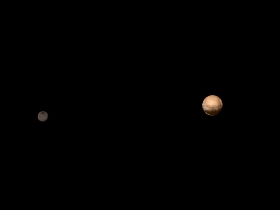 De meest recente kleurenfoto van Pluto en Charon. Op deze foto is het donkere gebied - 'de walvis'  - duidelijk zichtbaar.