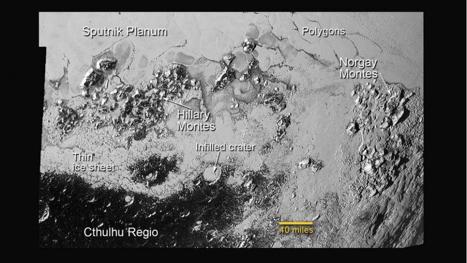 IJs heeft ook dit met kraters gevulde gebied bereikt. De krater die hier is uitgelicht is zo'n 50 kilometer breed. Afbeelding: NASA / JHUAPL / SwRI.