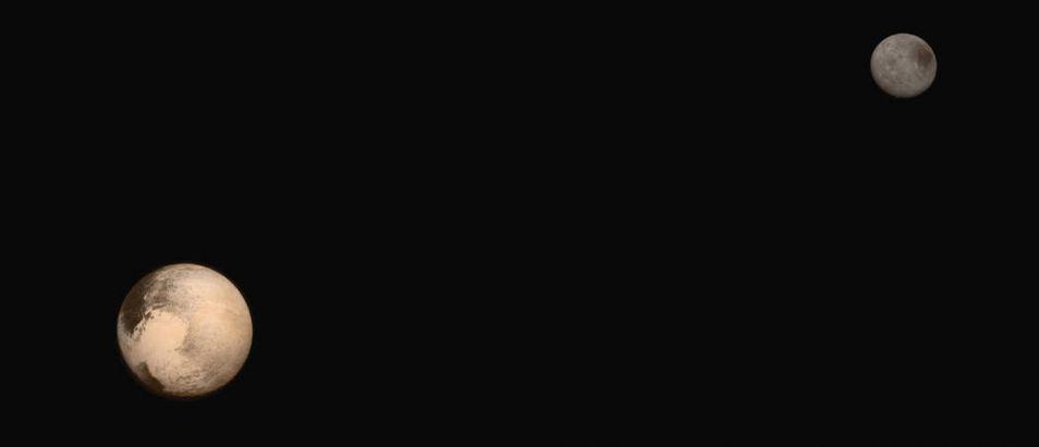 Zijn ze niet prachtig? Pluto (op de voorgrond) en zijn maan Charon. Je ziet de twee hier zoals je ze ook zou zien als je met New Horizons zou zijn meegevlogen. De kleuren lijken op de kleuren die we met het menselijk oog zouden zien, maar zijn niet helemaal natuurgetrouw. Het is de beste foto die we tot op heden van de twee samen hebben verkregen. Afbeelding: NASA / JUAPL / SwRI.
