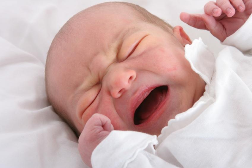 Moet een huilende baby zo snel mogelijk uit bed worden gehaald, of is het goed om hem of haar nog even te laten liggen? Onderzoeker Penelope Leach beweert dat lange periodes van huilen het brein van jonge kinderen kan beschadigen.