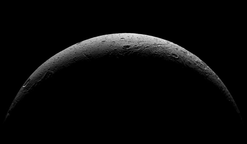 Dag, Dione! Afbeelding: NASA / JPL-Caltech / Space Science Institute.