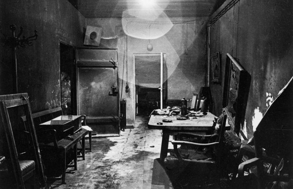 Hitlers bunker, gefotografeerd na het eind van de Tweede Wereldoorlog.