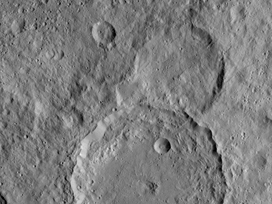De Gaue-krater zie je onderaan. Afbeelding: NASA / JPL-Caltech / UCLA / MPS / DLR / IDA.