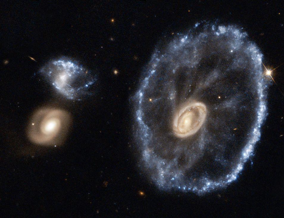 Het Wagenwielstelsel. Foto: ESA / NASA / Hubble.