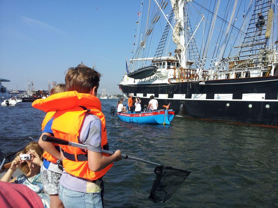 Doe mee! Maak kans op een unieke rondvaart door de Amsterdamse grachten. Raad het aantal doppen dat in het dek van de Plastic Whale is verwerkt.