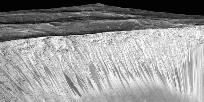 Hier zie je de donkere strepen (RSL) op een kraterwand op Mars. Afbeelding: NASA / JPL / University of Arizona.