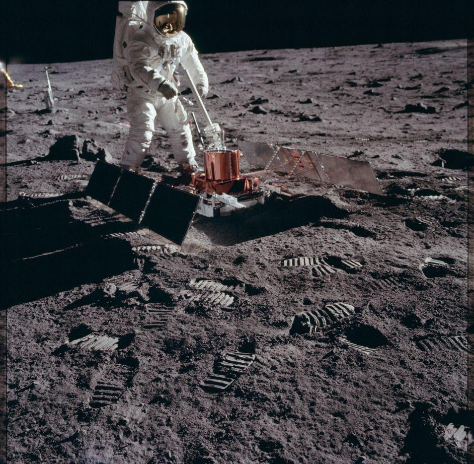 Aan het werk tijdens de Apollo 11-missie. (de eerste bemande missie naar de maan). Afbeelding: NASA.