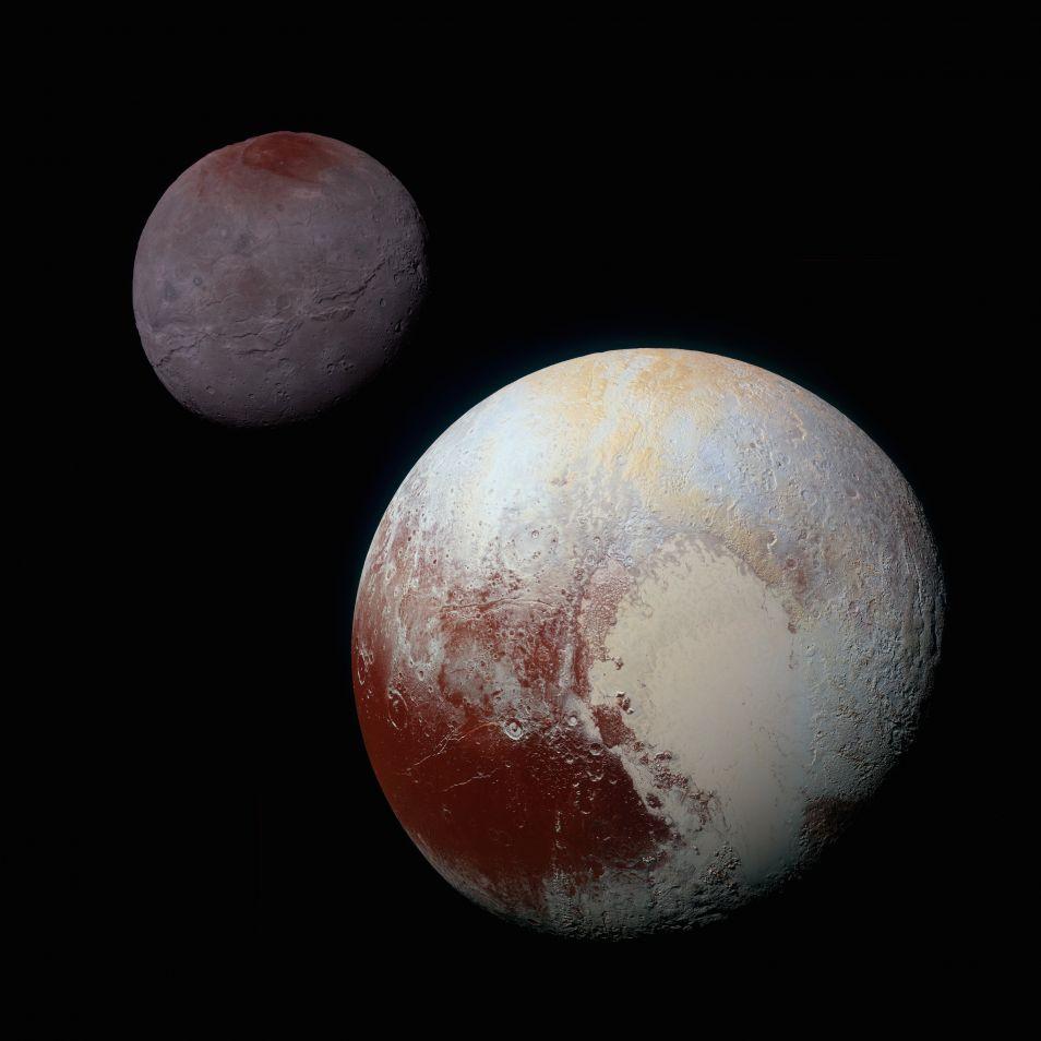 Op deze compositiefoto zie je op de voorgrond Pluto en op de achtergrond Charon. De grootte van Charon ten opzichte van Pluto is correct weergegeven, de afstand tussen de twee is in werkelijkheid groter. Afbeelding: NASA / JHUAPL / SwRI.