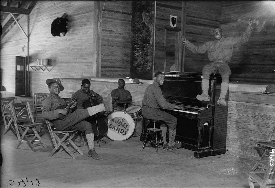 Jazzband van Amerikaanse soldaten gelegerd in Camp Upton bij New York tijdens de Eerste Wereldoorlog. Europa maakte kennis met jazz via Amerikaanse legerorkesten. Library of Congress.
