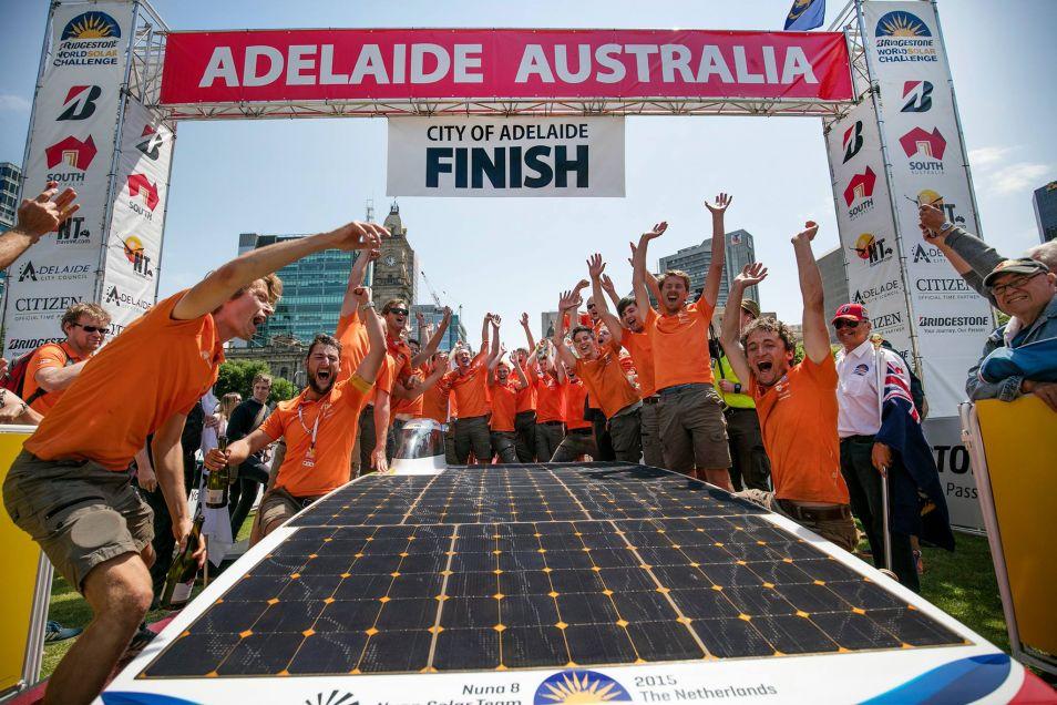 Het Nuon Solar Team viert de overwinning in Adelaide.