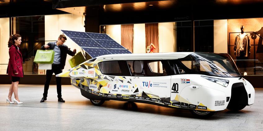 Stella Lux, de gezinsauto op zonne-energie. Afbeelding: TU Eindhoven / Bart van Overbeeke.