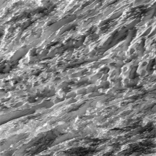 Het oppervlak van de maan van dichtbij. Afbeelding: NASA / JPL-Caltech / Space Science Institute.