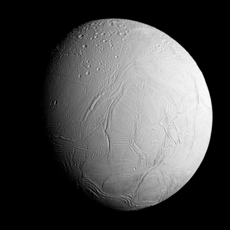 Op deze foto - gemaakt door Cassini toen deze Enceladus naderde - schittert de maan in volle glorie. Afbeelding: NASA / JPL-Caltech / Space Science Institute.