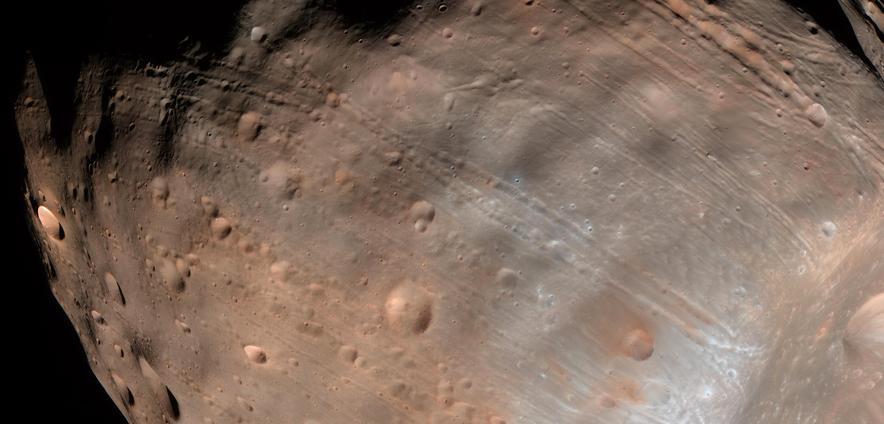 De groeven op Phobos zijn duidelijk zichtbaar. Afbeelding: NASA / JPL-Caltech / University of Arizona.