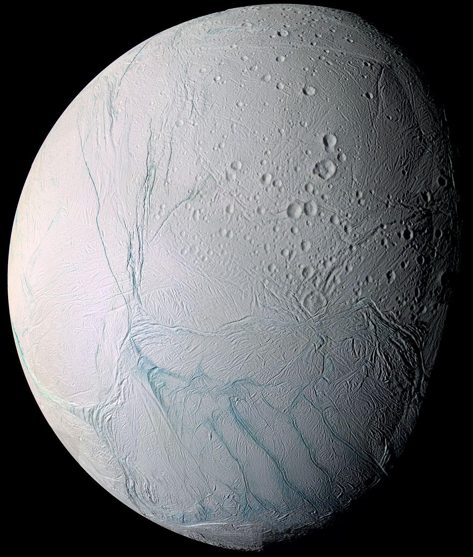 Enceladus is niet zo heel groot: de maan heeft een diameter van iets meer dan 500 kilometer. Afbeelding: NASA / JPL / Space Science Institute.