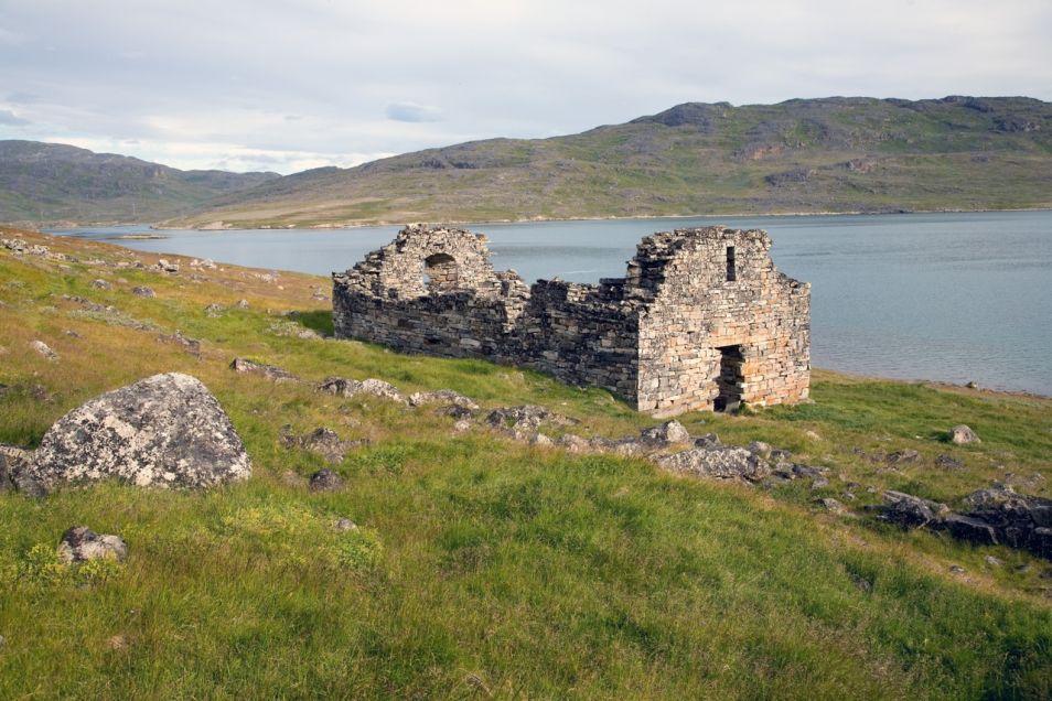 Op Groenland zijn nog ruïnes te vinden van nederzettingen, die door Vikingen zijn gebouwd.