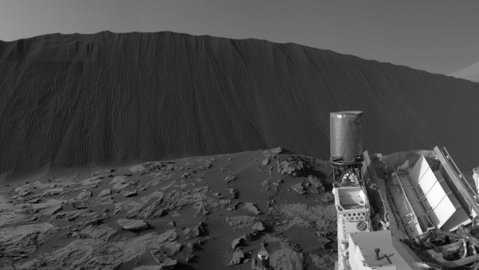 Een duin van ongeveer 4 meter hoog. Curiosity kijkt hier tegen de lijzijde aan. Afbeelding: NASA / JPL-Caltech.