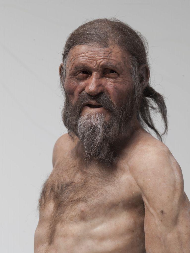 Recent is een reconstructie gemaakt van Ötzi. Zo moet de ijsman er bij leven uit hebben gezien. Afbeelding: South Tyrol Museum of Archaeology / EURAC / Marco Samadelli-Gregor Staschitz.