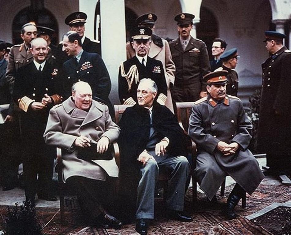 Franklin Delano Roosevelt zit hier tussen Churchill en Stalin in. Hij was hier al ernstig ziek en overleed twee maanden later. Zijn vierde termijn als president was toen net ingegaan.