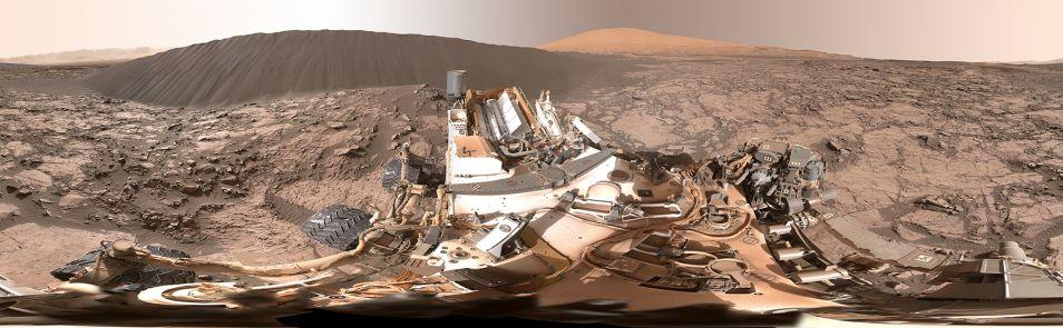 Namib-duin, tegen de horizon zie je ook Mount Sharp nog. Klik voor een vergroting. Afbeelding: NASA / JPL-Caltech / MSSS.