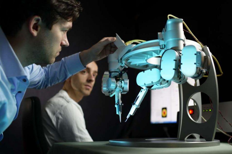 De microchirurgierobot van Microsure. Links op de foto Microsure-CTO Raimondo Cau. Foto: Bart van Overbeeke