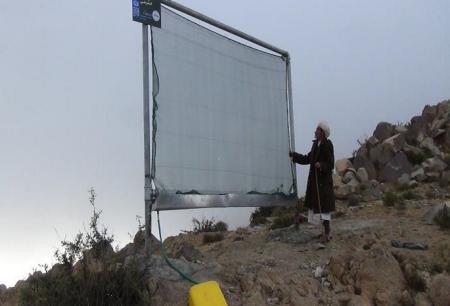 Een man controleert de werking van de watervanger. Credits: UNDP Yemen