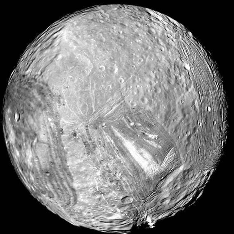 Miranda: na een botsing weer in elkaar geknutseld? Afbeelding: NASA / JPL-Caltech .