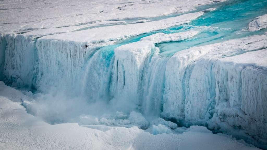 De scheur in de ijsplaat. Afbeelding: C. Yakiwchuck.