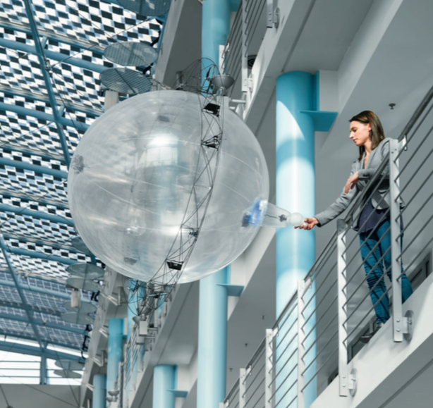 De drone zou in hoge gebouwen goed dienst kunnen doen als assistent. Credits: Festo