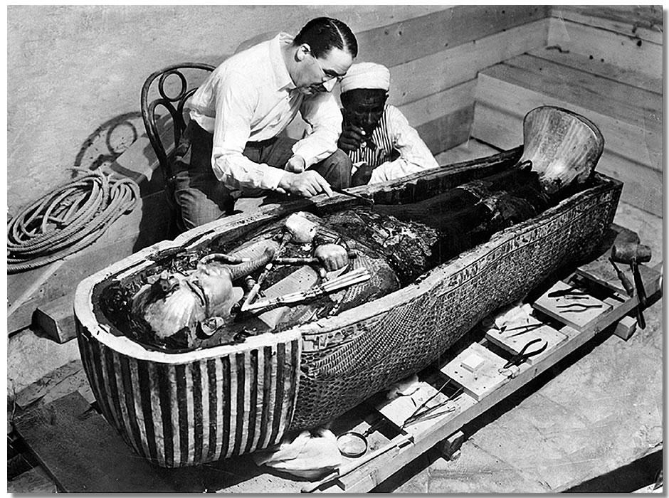 Een beroemde foto: Howard Carter - de man die het graf van Toetanchamon ontdekte - bij de sarcofaag van de farao.