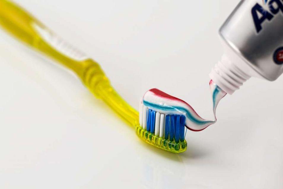 Het advies is om tweemaal daags je tanden te poetsen.