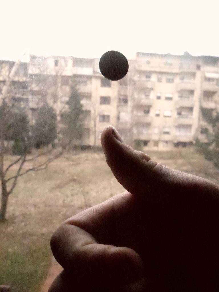 Een muntje opgooien. Afbeelding: Филип Романски (via Wikimedia Commons).