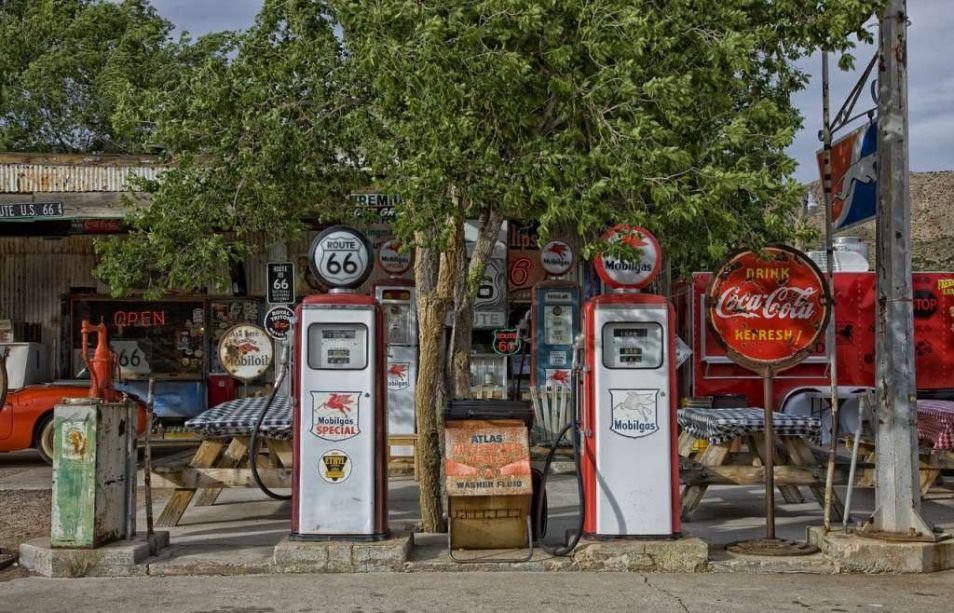 vintage-gas-station-392743_1280