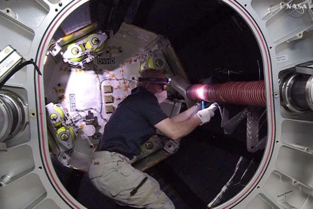 Astronaut Jeff Williams aan het werk in de opblaasbare ruimtemodule. Afbeelding: NASA.