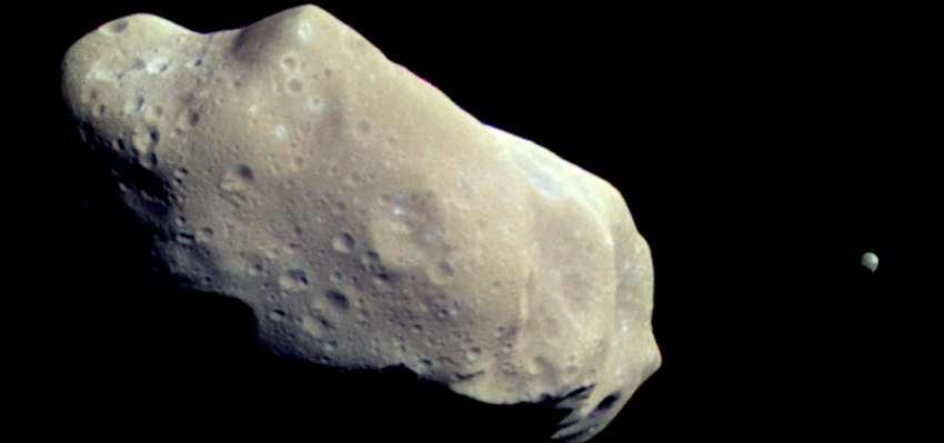 Planetoïde Ida met rechts het maantje Dactylo. Afbeelding: NASA.