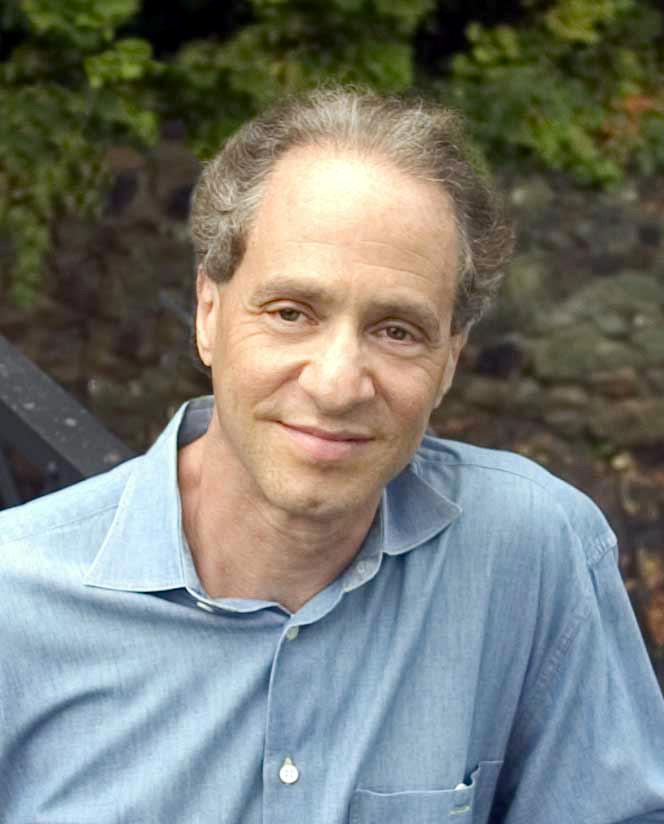 Uitvinder en zakenman Raymon Kurzweil. Hij schreef onder meer het boek 'De Singulariteit is nabij' en is ervan overtuigd dat de mens zichzelf in de toekomst overstijgt. Afbeelding:  Michael Lutch / Kurzweil Technologies, Inc. (via Wikimedia Commons).