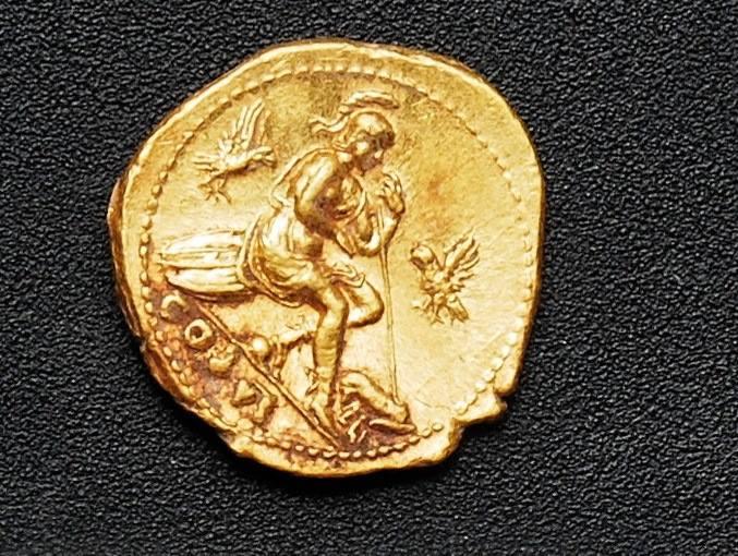 De gouden munt die de archeologen tussen de resten van de slachtoffers hebben teruggevonden. Afbeelding: Soprintendenza Pompeii.