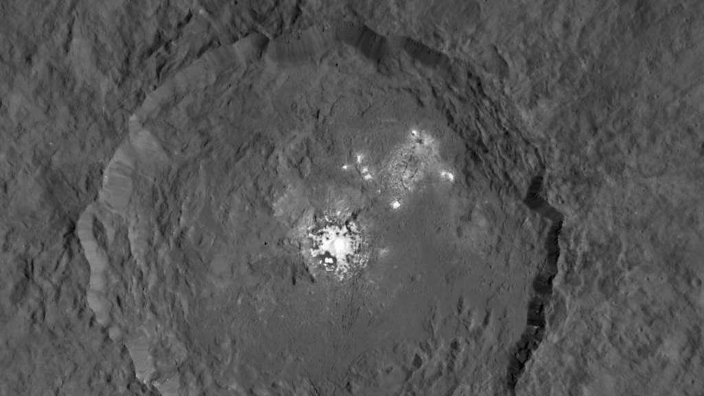 Hier zie je de Occator-krater. In het hart bevinden zich de heldere vlekken. Afbeelding: NASA / JPL-Caltech / UCLA / MPS / DLR / IDA.
