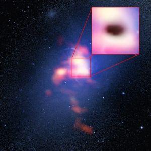 De inzet laat de schaduw door de absorptie van millimeterstraling zien. De schaduw toont waar de koude gaswolken op het zwarte gat 'regenen'.